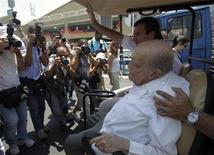 Arquiteto Oscar Niemeyer, de 104 anos, é visto durante visita ao Sambódromo do Rio de Janeiro, em fevereiro deste ano. Niemeyer teve uma hemorragia digestiva, já controlada pelos médicos, de acordo com o Hospital Samaritano, no Rio de Janeiro, onde ele está internado desde o começo do mês. 08/02/2012 REUTERS/Ricardo Moraes