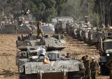 Soldados isrealenses são vistos próximos à fronteira do país judaico com a Faixa de Gaza. Ministros israelenses receberam na sexta-feira um pedido para aprovar a convocação de até 75 mil reservistas depois que militantes palestinos atacaram pela primeira vez em décadas os arredores de Jerusalém com um foguete, e dispararam contra Tel Aviv pelo segundo dia. 16/11/2012 REUTERS/Ronen Zvulun