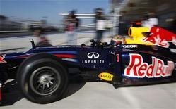 El piloto de Red Bull Sebastian Vettel marcó el mejor tiempo en los primeros entrenamientos libres del viernes Gran Premio de Estados Unidos en la primera toma de contacto de los pilotos con el último circuito en incorporarse a la Fórmula Uno. En la imagen, Vettel, durante los primero entrenamientos en Austin. REUTERS/Jim Young