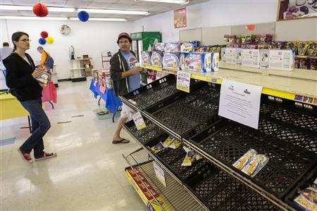 People buy the remaining stock at a Wonder Bread Hostess Bakery Outlet in Glendale, California, November 16, 2012. REUTERS/Bret Hartman