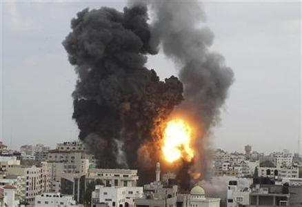 An explosion and smoke are seen after Israeli strikes in Gaza City November 17, 2012. REUTERS/Suhaib Salem