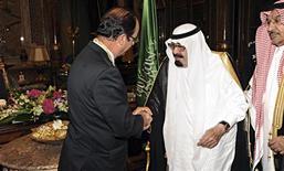 El rey Abdulá de Arabia Saudí fue internado el viernes por la noche en un hospital de Riad para ser sometido a una cirugía en la espalda para tensionar un ligamento distendido, informó la agencia de noticias estatal SPA. EN la imagen de archivo, el rey Abdulá recibe al presidente francés, François Hollande en Yedá, el 4 de noviembre de 2012. REUTERS/Saudi Press Agency/Handout