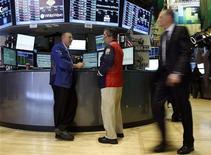 Dos importantes economistas estadounidenses expresaron un profundo pesimismo respecto a que los políticos en Washington sean capaces de alcanzar un acuerdo para contener la creciente deuda nacional de la mayor economía del mundo. En la imagen, varios operadores en la Bolsa de Nueva York, el 14 de noviembre de 2012. REUTERS/Chip East