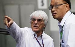 Estados Unidos, que hace tiempo era un desierto para la Fórmula Uno, está empezando a ser considerada como una tierra de oportunidades para el jefe supremo de la F-1, Bernie Ecclestone, que quiere llevar al menos tres carreras al país norteamericano. En la imagen de archivo, Ecclestone (izq) señala a su conductor en el paddock antes del Gran Premio de Singapur el pasado 23 de septiembre. REUTERS/Tim Chong