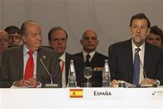 El presidente del Gobierno español pidió el sábado seguridad jurídica para las inversiones en Latinoamérica, en la XXII Cumbre Iberoamericana celebrada en la localidad española de Cádiz sin alusiones directas a la expropiación de la inversión de la española Repsol en Argentina. En la imagen, el rey Juan Carlos escucha el discurso del presidente español, Mariano Rajoy, en Cádiz, el 17 de noviembre de 2012. REUTERS/Jon Nazca