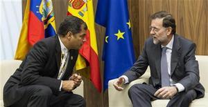 El presidente ecuatoriano, Rafael Correa, agradeció el sábado al Gobierno español la nueva normativa que reduce los desahucios, que podría beneficiar a algunos de sus compatriotas, pero criticó a continuación que España no permita la entrega de un piso para cancelar una deuda hipotecaria. En la imagen, Correa durante una reunion bilateral con el presidente español, Mariano Rajoy, en la cumbre iberoamericana que se celebra en Cádiz, el 16 de noviembre de 2012. REUTERS/Julio Muñoz/Pool