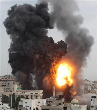 An explosion and smoke are seen after Israeli strikes in Gaza City November 17, 2012. Israeli aircraft pounded Hamas government buildings in Gaza on Saturday, including the building housing the prime minister's office, after Israel's Cabinet authorised the mobilisation of up to 75,000 reservists, preparing the ground for a possible invasion into Gaza. REUTERS/Suhaib Salem (GAZA - Tags: CIVIL UNREST MILITARY POLITICS TPX IMAGES OF THE DAY)