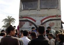 Parentes das vítimas se aglomeram próximos ao trem, manchado com sangue, que colidiu com um ônibus escolar na cidade de Assuit, no Egito. Choque de trem com ônibus escolar no Egito deixa 50 mortos CAIRO - Cinquenta pessoas, na grande maioria crianças, morreram neste sábado quando um trem se chocou contra um ônibus escolar no momento em que cruzava os trilhos numa área ao sul do Cairo, informaram autoridades e a mídia estatal. 17/11/2012 REUTERS/Stringer