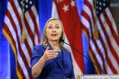 Secretária norte-americana de Estado, Hillary Clinton, gesticula durante discuso em uma universidade em Cingapura. Clinton disse neste sábado que um acordo para resolver a crise orçamentária dos Estados Unidos é crítico para a liderança global e a segurança nacional do país, e também iria impulsionar os esforços para projetar o poder econômico dos EUA em todo o mundo. 17/11/2012 REUTERS/Matt Rourke/Pool