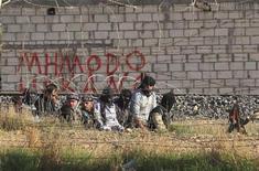 Militantes do exército rebelde Síria Livre são vistos na cidade de Ras al-Ain, na Síria. Rebeldes tomaram neste sábado um aeroporto usado por militares da Síria, perto da fronteira com o Iraque, disseram ativistas, ação que segundo eles lhes permitirá manter o domínio sobre a cidade de fronteira de Albu Kamal. 14/11/2012 REUTERS/Stringer