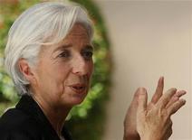 """Chefe do Fundo Monetário Internacional (FMI), Christine Lagarde, gesticula durante entrevista à Reuters em Manila, nas Filipinas. Um acordo entre credores internacionais da Grécia para reduzir a enorme dívida do país deve ser """"enraizada na realidade e não em pensamento positivo"""", disse Lagarde antes de uma reunião tensa com líderes europeus. 17/11/2012 REUTERS/Cheryl Ravelo"""