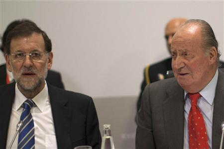 Spanish King Juan Carlos (R) and Prime Minister Mariano Rajoy attend a meeting during the Ibero-American Summit in Cadiz, southern Spain November 17, 2012. REUTERS/Jon Nazca