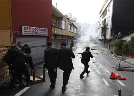 Turkish riot police clash with pro-Kurdish demonstrators during a protest in support of Kurdish hunger strikers in Istanbul October 30, 2012. REUTERS/Osman Orsal/Files