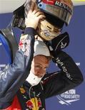 El piloto de Red Bull Sebastian Vettel partirá desde la 'pole' el domingo en el Gran Premio de Estados Unidos, mientras que Fernando Alonso, el único piloto con opciones de disputarle el título al alemán, saldrá octavo. En la imagen, Vettel se quita el casco tras la clasficiación para el Gran Premio de EEUU en Austin, Texas, el 17 de noviembre de 2012. REUTERS/Robert Galbraith