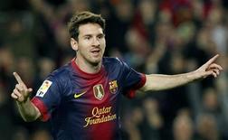 El Barcelona aumentó provisionalmente a seis puntos su ventaja sobre el Atlético de Madrid tras vencer el sábado en el Camp Nou al Zaragoza por 3-1 liderado por un Messi que consiguió su séptimo doblete goleador de la temporada y que dio la asistencia del segundo gol local a Alex Song. En la imagen, Messi celebra uno de los goles frente al Zaragoza. REUTERS/Albert Gea