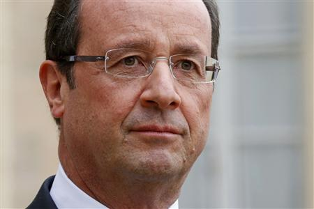France's President Francois Hollande listens in the courtyard following a meeting at the Elysee Palace in Paris, November 17, 2012. REUTERS/Benoit Tessier