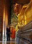 El presidente de Estados Unidos, Barack Obama, inició el domingo una gira por tres países asiáticos con una visita a Tailandia, usando su primer viaje postelectoral al extranjero para tratar de demostrar que va en serio respecto a cambiar el foco de la estrategia de EEUU hacia el este. En la imagen, Obama durante su visita al monasterio de Pho Royal y su Buda reclinado en Bangkok, el 18 de noviembre de 2012. REUTERS/Jason Reed