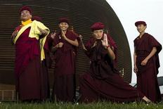 Una docena de monjas de kung fu de una orden budista asiática mostraron esta semana sus habilidades en las artes marciales ante los científicos del CERN, mientras su líder espiritual explicaba cómo su energía es similar a la del cosmos. En la imagen, tres monjas posan en el CERN el 15 de noviembre. REUTERS/Valentin Flauraud