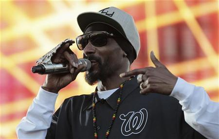 Rapper Snoop Dogg performs during the H2O Music Festival at Los Angeles State Historic Park in Los Angeles, California August 25, 2012. REUTERS/Mario Anzuoni