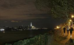 Pocos pensaban que se tardaría tanto en restaurar totalmente las luces diezmadas del famoso 'skyline' del distrito financiero de la ciudad de Nueva York. En la imagen de archivo, Nueva York desde la rivera del río Hudson en Nueva Jersey el 1 de noviembre. REUTERS/Gary Hershorn