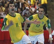 La selección española de fútbol sala cayó derrotada el domingo en la final del Mundial que se disputa en Tailandia por 3-2 contra Brasil tras recibir un gol a 20 segundos para el final de la segunda parte de la prórroga. En la imagen, Neto (izq) celebra el gol de su comañero Falcao en la final del Mundial contra España. REUTERS/Chaiwat Subprasom