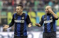 El Inter de Milán no supo aprovechar el empate de la Juventus frente a la Lazio, y empató en casa contra el Cagliari el domingo, manteniéndose en segunda posición de la Serie A a cuatro puntos del líder. En la imagen, Cassano (izq) y Cambiasso gesticulan durante el partido del Inter contra el Cagliari. REUTERS/Alessandro Garofalo