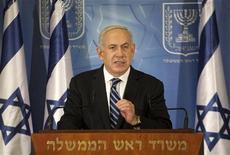 Primeiro ministro Benjamin Netanyahu gesticula ao discursar durante comunicaco à mídia internacional em Tel Aviv. Israel bombardeou alvos militantes palestinos na Faixa de Gaza em ataques coordenados por forças aéreas e marinhas pelo quinto dia seguindo, neste domingo, preparando-se para uma possível invasão terrestre, ao passo que também reivindicou suas condições para uma possível trégua. 15/11/2012 REUTERS/Stringer