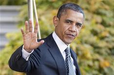 Presidente dos Estados Unidos, Barack Obama, acena antes de partir para visita ao sudeste da Ásia. Obama disse neste domingo apoiar totalmente o direito de Israel de se defender, e pediu pelo fim dos ataques de foguetes por militantes de dentro da Faixa de Gaza, a fim de que o processo de paz pudesse avançar. 17/11/2012 REUTERS/Joshua Roberts