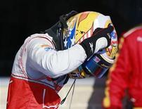 El piloto de McLaren Lewis Hamilton ganó el domingo el Gran Premio de Estados Unidos de Fórmula Uno, retrasando la resolución del título de pilotos entre Sebastian Vettel y Fernando Alonso, segundo y tercero en Austin, a la última carrera que se disputará en Brasil. En la imagen, Hamilton celebra su victoria en Austin, Texas, el 18 de noviembre de 2012. REUTERS/Adrees Latif