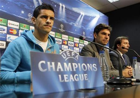 Valencia's Ricardo Costa (L) and coach Mauricio Pellegrino (C) attend a news conference in Valencia, November 6, 2012. REUTERS/Heino Kalis