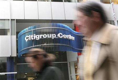 People walk past the Citigroup headquarters in New York, November 24, 2008. REUTERS/Brendan McDermid