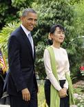 Barack Obama se convirtió el lunes en el primer jefe de Estado de Estados Unidos en viajar a Myanmar, donde intenta buscar un equilibrio entre los elogios al gobierno por sus avances en dejar atrás al régimen militar y al mismo tiempo presionar para que se apliquen más reformas. En la imagen, Obama junto a la líder opositora birmana Aung San Suu Kyi durante su reunión en Yangón, el 19 de noviembre de 2012. REUTERS/Soe Zeya Tun