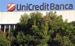 Логотип Unicredit на здании в Риме 15 ноября 2011 года. Крупнейший по величине активов банк Иатлии UniCredit Group ведет переговоры с казахстанскими инвесторами о продаже контрольного пакета акций АТФ-банка, сообщили Рейтер три источника. REUTERS/Stefano Rellandini