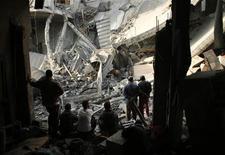 Macerie a Gaza dopo raid aereo israeliano. REUTERS/Mohammed Salem