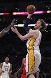 Los Lakers siguen esperando que su entrenador Mike D'Antoni tome el mando del equipo por primera vez y pese a ello continuaron con su reciente resurgimiento con una victoria por 119-108 frente a Houston el domingo. En la imagen, de 18 de noviembre, Pau Gasol lanza a canasta frente a los Rockets. REUTERS/Alex Gallardo