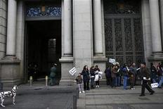 El saldo de los créditos morosos de la banca española subió en septiembre en 3.450 millones de euros a 182.226 millones de euros, y la tasa de morosidad escaló a un nuevo máximo del 10,7 por ciento, según datos provisionales del Banco de España divulgados el lunes. En la imagen, varios miembros de la Plataforma de Afectados por la Hipoteca protestan a las puertas del Banco de España en Madrid el 2 de noviembre de 2012. REUTERS/Susana Vera