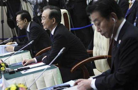 South Korean President Lee Myung-bak (L), Chinese Premier Wen Jiabao (C) and Japanese Prime Minister Yoshihiko Noda attend the ASEAN plus Three session of the 21st ASEAN (Association of Southeast Asian Nations) and East Asia summits in Phnom Penh November 19, 2012. REUTERS/Samrang Pring
