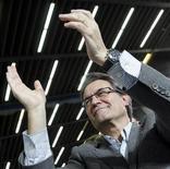 El presidente de la Generalitat de Cataluña, Artur Mas, aseguró el lunes que no abandonará su proyecto soberanista en el caso de que su formación no consiga la mayoría absoluta en las elecciones autonómicas del próximo domingo, tal y como avanzan los sondeos, aunque admitió que quedaría debilitado. En la imagen, Mas durante un mitin en Barcelona, el 18 de noviembre de 2012. REUTERS/Albert Gea