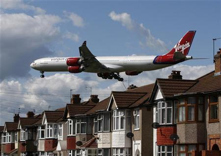 A Virgin Atlantic aircraft comes in to land at Heathrow Airport, in London May 26, 2009. REUTERS/Luke MacGregor