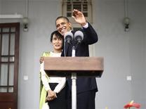 Presidente dos Estados Unidos Barack Obama abraça a militante Aung San Suu Kyi durante visita à Mianmar. 19/11/2012 REUTERS/Jason Reed