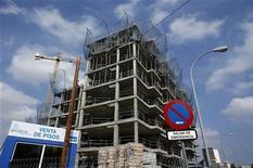 El secretario de Estado de Comercio anunció el lunes que el Gobierno de España se está planteando cambiar la ley para conceder el permiso de residencia a los extranjeros que compren una vivienda por más de 160.000 euros. En la imagen, una zona en construcción en Sevilla, el 5 de octubre de 2012. REUTERS/Marcelo del Pozo