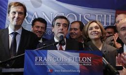 La carrera para convertirse en líder de la oposición conservadora francesa entró el lunes en el caos después de que ambos contendientes se atribuyeran la victoria en una votación que ha puesto de relieve una profunda división entre el ala más dura y los moderados desde que el partido perdió el poder en mayo. En la imagen, el ex primer ministro François Fillon se atribuye la victoria en las primarias del UMP en París, el 18 de noviembre de 2012. REUTERS/Christian Hartmann