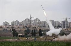 Un missile anti-missile lanciato dal sistema Iron Dome israeliano, nei pressi di Ashkelon. REUTERS/Darren Whiteside