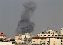 Israel bombardeó el lunes decenas de blancos en Gaza y dijo que aunque está preparado para escalar su ofensiva enviando tropas, prefiere una solución diplomática que ponga fin al lanzamiento de cohetes palestinos desde el enclave. En la imagen, el humo se eleva sobre Gaza tras un ataque aéreo israelí, el 19 de noviembre de 2012. REUTERS/Suhaib Salem