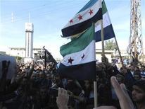 Guerriglieri dell'Esrcito siriano libero durante una manifestazione di protesta contro il presidente Bashar al-Assad, a Houla vicino a Homs. REUTERS/Misra Al-Misri/Shaam News Network/Handout
