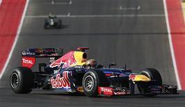 """Red Bull y Renault están trabajando duro para asegurar que el líder del mundial de Fórmula Uno Sebastian Vettel no llega al Gran Premio de Brasil del próximo fin de semana, decisivo para el título, con una """"bomba de relojería"""" dentro de su coche. En la imagen, el piloto alemán de Red Bull Sebastian Vettel conduce su monoplaza durante el Gran Premio de F-1 de EEUU en el circuito de las Américas en Austin, Texas, el 18 de noviembre de 2012. REUTERS/Adrees Latif"""