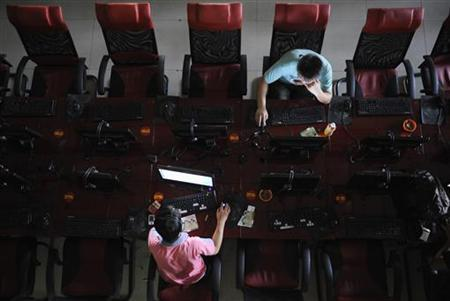 Customers use computers at an internet cafe in Taiyuan, Shanxi province August 13, 2009. REUTERS/Stringer
