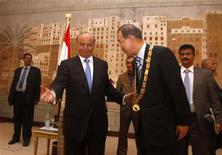 Yemeni President Abd-Rabbu Mansour Hadi (L) gestures after presenting the United Nations Secretary General Ban Ki-Moon with the Unity Medal during a ceremony in Sanaa November 19, 2012. REUTERS/Khaled Abdullah