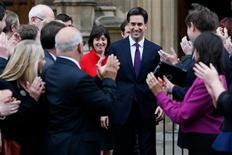 El líder del opositor Partido Laborista británico prometió el lunes que no dejará que el país avance hacia una salida de la Unión Europea, mientras el primer ministro, David Cameron, se prepara para participar en duras negociaciones en el marco del nuevo presupuesto a largo plazo del bloque. En la imagen, miembros del partido laborista británico reciben al líder de la formación, Ed Miliband (en el centro) ante el Parlamento, en Londres, el 19 de noviembre de 2012. REUTERS/Stefan Wermuth
