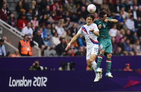 South Korea's Park Jong-Woo (L) fights for a header with Mexico's Hector Herrera during their men's Group B football match at the London 2012 Olympic Games at St James' Park in Newcastle, northern England July 26, 2012. REUTERS/Nigel Roddis